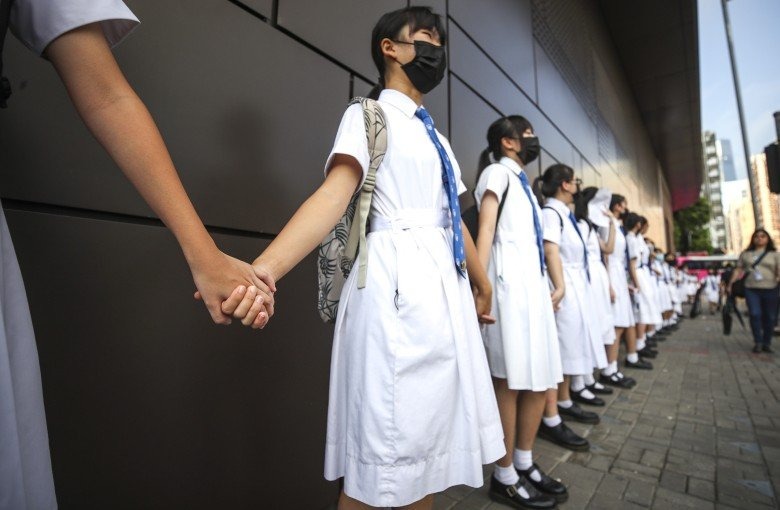 Hong Kong students form human chains to support protests