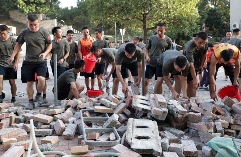 Who are the elite Chinese soldiers who picked up trash in Hong Kong?