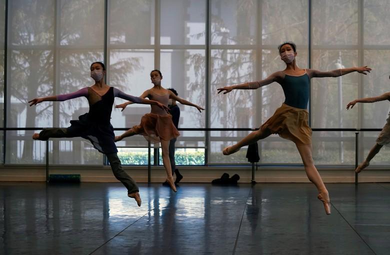 Shanghai ballet dancers train with masks on