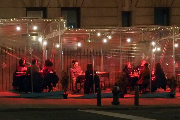 People dine inside a bubble tent outside a restaurant in New York City. Photo: ZUMA Wire/DPA