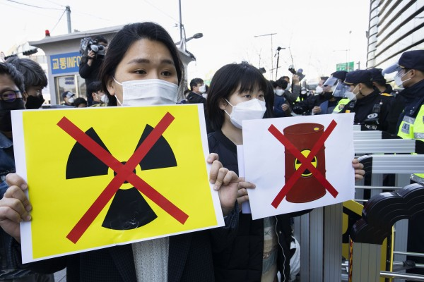 People protest against Japan's decision to dump radioactive waste water into the Pacific Ocean outside the Japanese embassy in Seoul. Photo: Xinhua