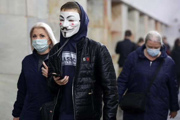 People wearing face mask walk inside a subway in Moscow. Photo: AP