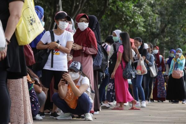 Hong Kong domestic helpers queue up for mandatory Covid-19 testing in Causeway Bay on Saturday. Photo: May Tse