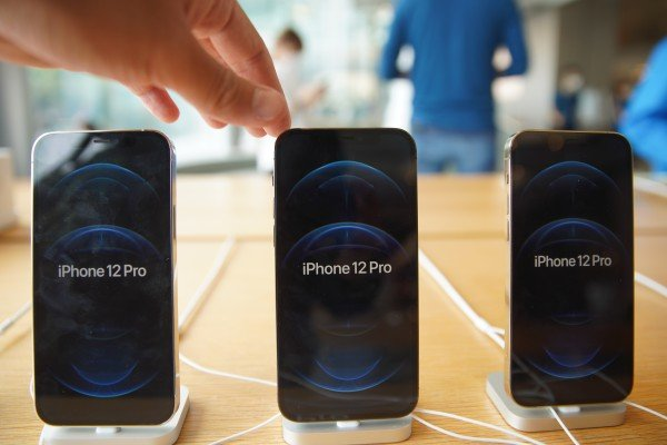 Apple supplier Foxconn Technology Group is raising the bonus pay for new assembly line workers at its plant in Zhengzhou, capital of central Henan province, as iPhone production heats up ahead of the launch of new models later this year. Photo: SCMP