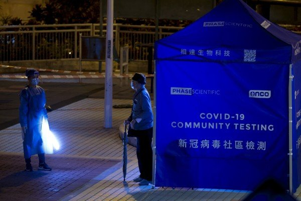 Fung Hing House in Hing Wah (II) Estate was locked down on Thursday evening for testing of residents. Photo: May Tse