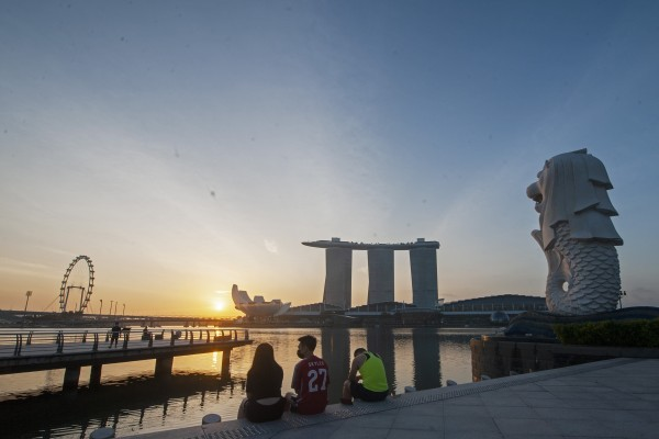 People view the sunrise at Merlion Park in Singapore. Photo: Xinhua