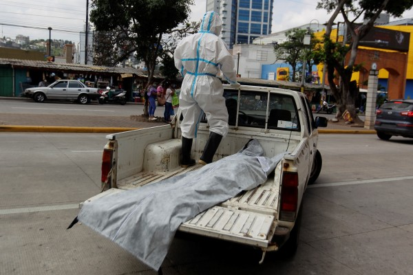 A health worker transports the body of a Covid-19 victim in Tegucigalpa, Honduras. Photo: EPA