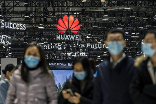 Attendees walk past the Huawei logo at the MWC Shanghai exhibition in Shanghai, China, Feb. 23, 2021. Photo: Bloomberg