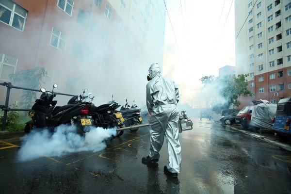 A health worker sprays insecticide to control the number of dengue-carrying mosquitoes in Sri Lanka. Photo: Xinhua