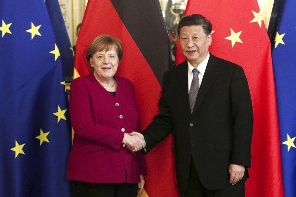 German Chancellor Angela Merkel and Chinese President Xi Jinping shake hands as they pose for photographs ahead of a bilateral meeting in Paris, France in March 2019. Photo: EPA-EFE