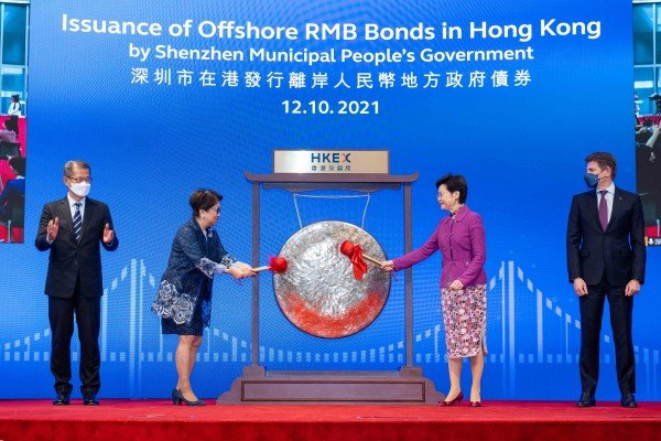 Carrie Lam Cheng Yuet-ngor (R), Chief Executive of Hong Kong, and Laura Cha Shih May-lung, chairwoman of the HKEX, strike the gong marking the launch of the bond on Tuesday. Photo: HKEX