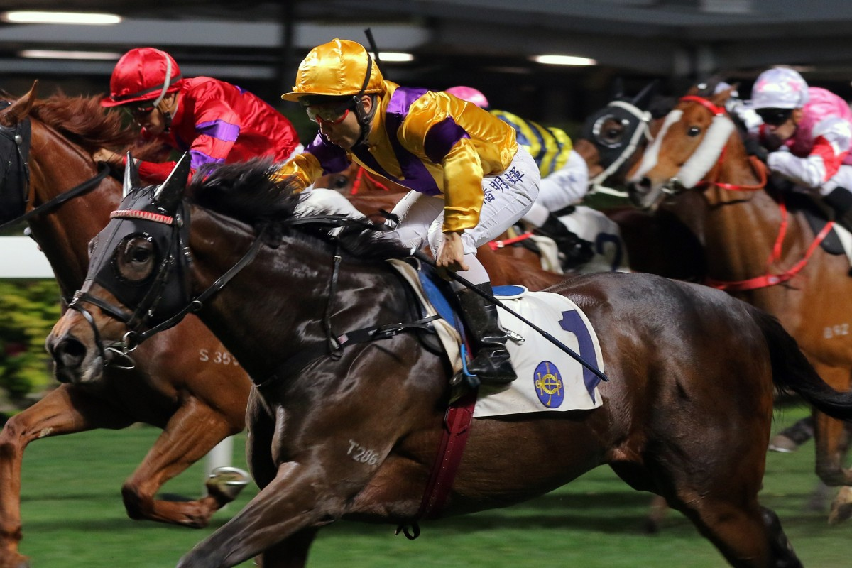 Matthew Poon lifts Citron Spirit to victory at Happy Valley on Wednesday night. Photos: Kenneth Chan