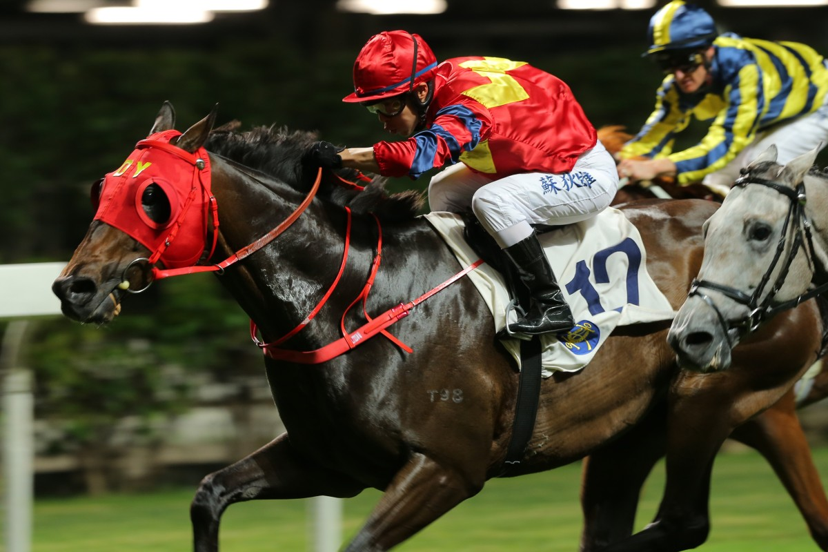 Ben So drives Travel First to victory at Happy Valley on Wednesday night. Photos: Kenneth Chan