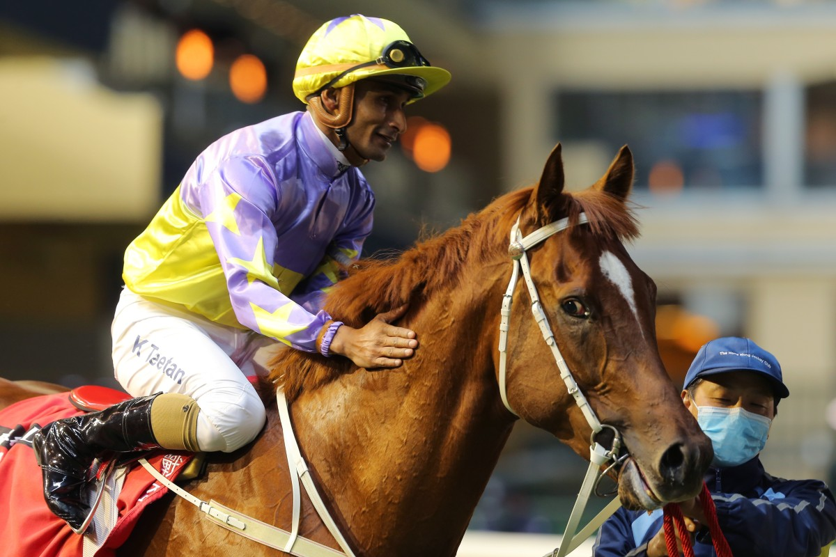 Karis Teetan pats Californiadeepshot after winning on debut at Happy Valley. Photos: Kenneth Chan