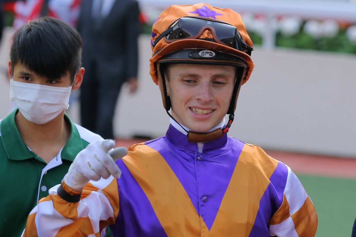 Lyle Hewitson talks to connections after riding Happy Alumni. Photos: Kenneth Chan