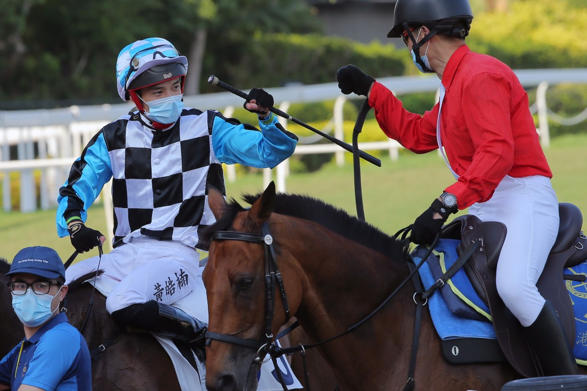 Jack Wong fist bumps the clerk of the course after breaking his drought. Photos: Kenneth Chan
