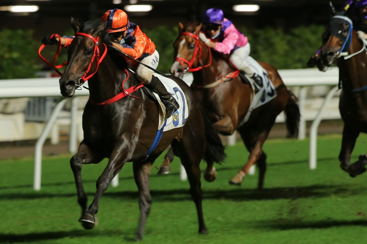Vincent Ho guides Fa Fa to victory at Happy Valley on Wednesday night. Photos: Kenneth Chan