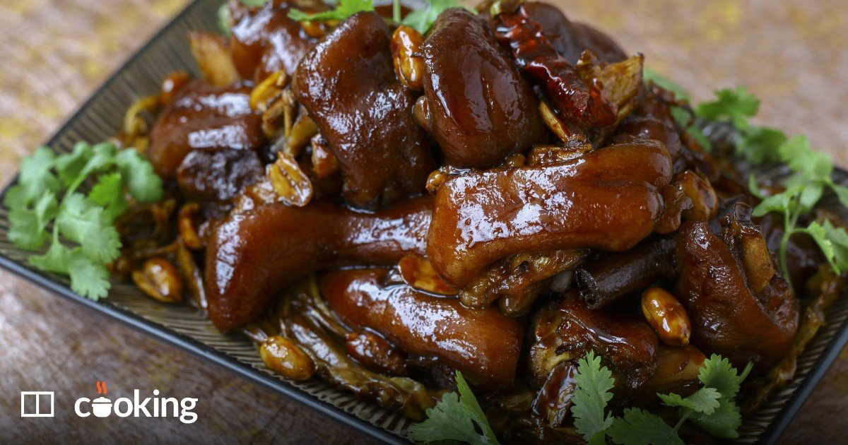 Braised pig's feet with soy sauce, ginger and spices