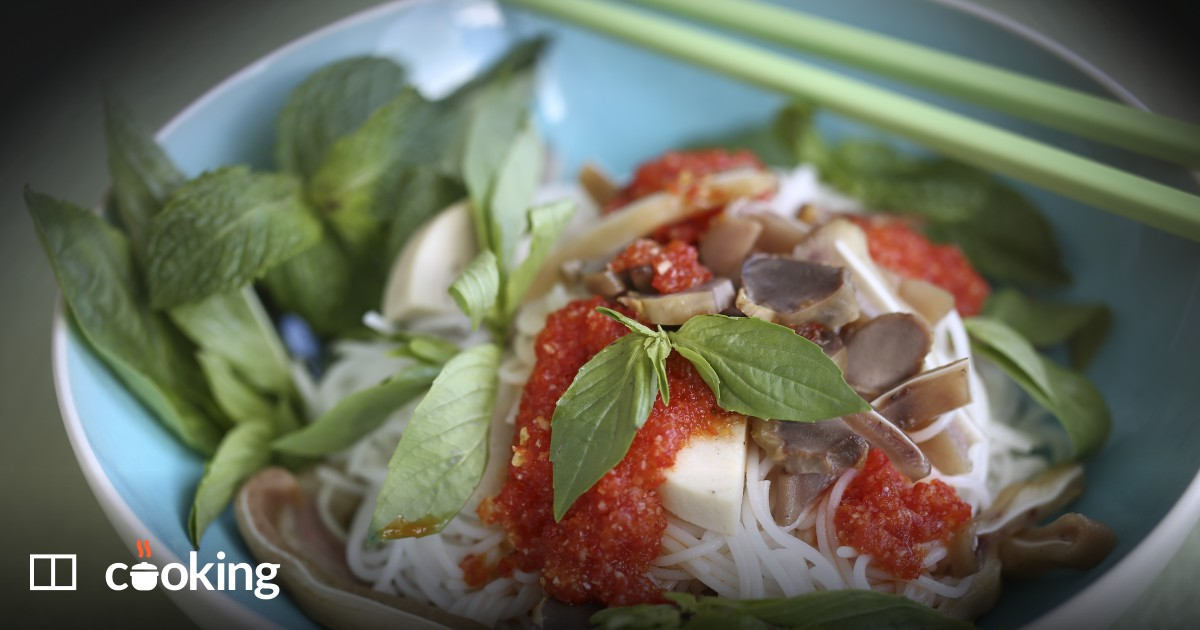 Vietnamese rice noodles with homemade chilli sauce