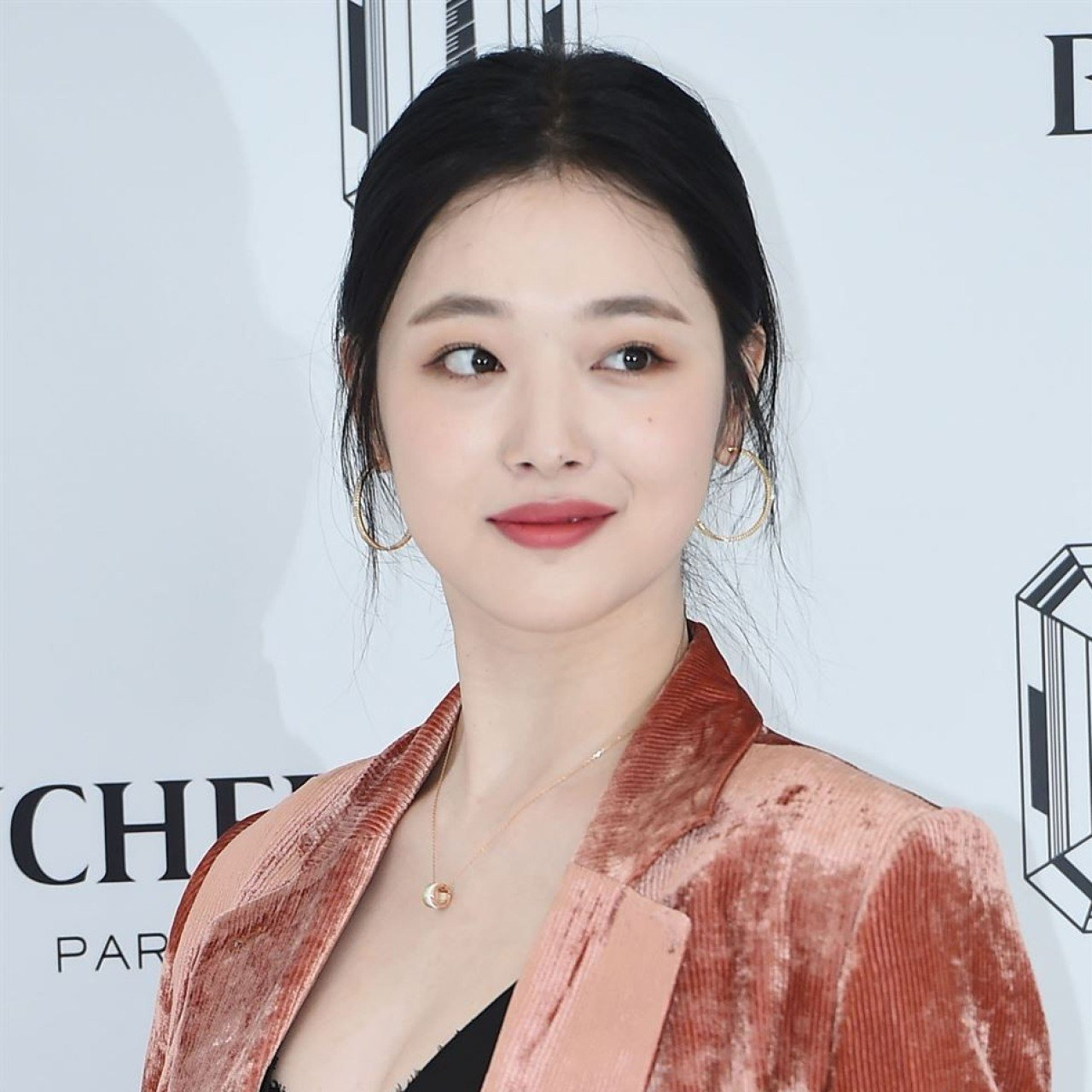 Why are K-pop girl group f(x)'s fans confused by Sulli's